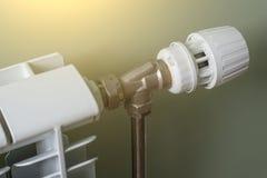 Uppvärmningelement, ett vitt element i en lägenhet arkivbild