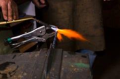 Uppvärmningmetall vid gasgasbrännaren i smedja Royaltyfri Bild