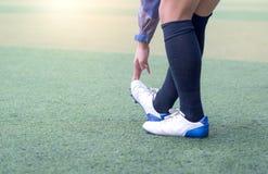 Uppvärmningsfotboll Fotbollsträckning - böjlighet övar för ungdomfotbollspelare fotografering för bildbyråer