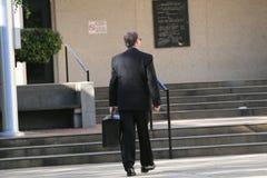 uppvakta den gående advokaten till Royaltyfri Bild