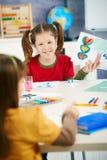 uppvisning för schoolgirl för målning för konstgrupp Arkivbilder