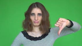 uppvisning ner av tumkvinnabarn posera mot en löstagbar chromatangentbakgrund lager videofilmer