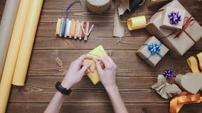 Upraw ręki dekoruje zawijającego pudełko z sznurkiem zbiory wideo