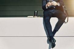 Uprawa biznesmena obsiadanie z telefonem w rękach Zdjęcia Royalty Free