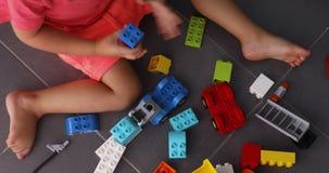 Uprawa dzieciak bawić się z plastikowymi zabawkami zdjęcie wideo