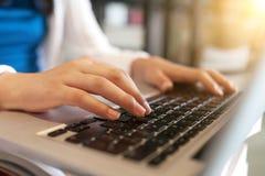 Uprawa dzieciak używa laptop obraz stock