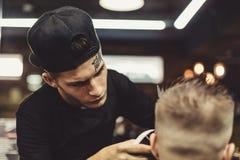 Uprawa fryzjer męski robi ostrzyżeniu dla klienta Zdjęcie Stock