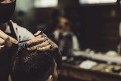 Uprawa fryzjer męski robi ostrzyżeniu dla klienta Zdjęcie Royalty Free
