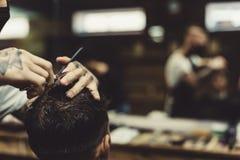 Uprawa fryzjer męski robi ostrzyżeniu dla klienta Obrazy Stock