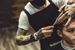 Uprawa fryzjer męski robi ostrzyżeniu dla klienta Obrazy Royalty Free