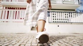 Uprawa iść na piechotę w białych sneakers na uliczny Costa nowa zbiory wideo