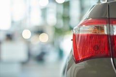Uprawa odosobneni parking światła jasnobrązowy samochód obraz royalty free
