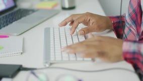 Uprawa pracownik pisa? na maszynie na klawiaturze zbiory