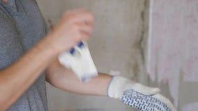 Uprawa pracownika kładzenia rękawiczki dalej zbiory wideo
