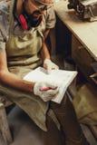 Uprawa rzemieślnik kreśli w notatniku obrazy royalty free