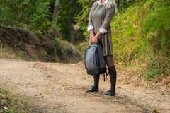 Uprawa widok atractive młoda universitarian kobieta z plecakiem obrazy royalty free
