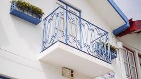 Uprawa widoku wygodny dom z balkonem zbiory wideo