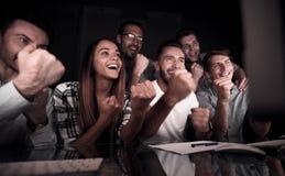 Uprawiać hazard biznesów drużynowych spojrzenia przy komputerowym monitorem zdjęcia stock