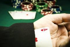 Uprawiać hazard oszustwa pojęcie Grępluje chowanego w rękawie na tle układy scaleni obraz royalty free