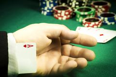 Uprawiać hazard oszustwa pojęcie Grępluje chowanego w rękawie na tle układy scaleni fotografia royalty free
