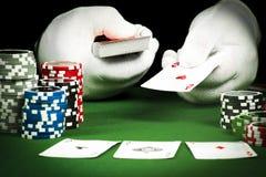 Uprawiać hazard pojęcie, ręka w białych rękawiczkach trzyma karty do gry obrazy stock