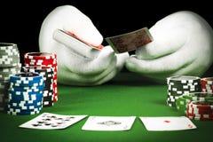 Uprawiać hazard pojęcie, ręka w białych rękawiczkach trzyma karty do gry fotografia stock