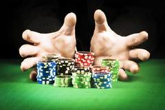 Uprawiać hazard pojęcie, sterta układy scaleni na tle pasiaste ręki obrazy stock