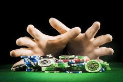 Uprawiać hazard pojęcie, sterta układy scaleni na tle pasiaste ręki obrazy royalty free