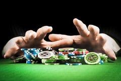 Uprawiać hazard pojęcie, sterta układy scaleni na tle pasiaste ręki zdjęcie royalty free