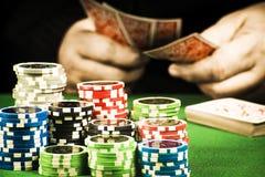 Uprawiać hazard pojęcie, sterta układy scaleni trzyma karty na tle ręka zdjęcie stock