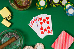 Uprawiać hazard, pomyślność, rozrywki pojęcie, whisky szkło, karta do gry i cygaro na zieleni, - zakończenie kasyno układy scalen obraz royalty free