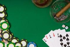 Uprawiać hazard, pomyślność, rozrywki pojęcie, whisky szkło, karta do gry i cygaro na zieleni, - zakończenie kasyno układy scalen zdjęcia stock