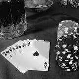 Uprawiać hazard przy karcianym stołem obraz royalty free