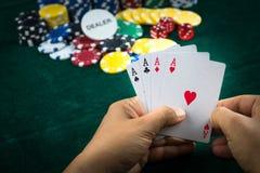 Uprawiać hazard rękę Trzyma Najlepszy Gemowej karty serie i pieniędzy układy scalonych fotografia stock