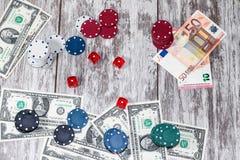 Uprawiać hazard stół z rozrzuconymi układami scalonymi, pieniądze i kostkami do gry, obraz royalty free