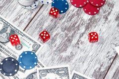 Uprawiać hazard stół z rozrzuconymi układami scalonymi, pieniądze i kostkami do gry, obrazy stock