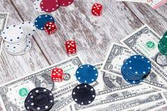 Uprawiać hazard stół z rozrzuconymi układami scalonymi, pieniądze i kostkami do gry, zdjęcie stock