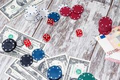 Uprawiać hazard stół z rozrzuconymi układami scalonymi, pieniądze i kostkami do gry, zdjęcie royalty free
