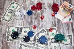 Uprawiać hazard stół z rozrzuconymi układami scalonymi, pieniądze i kostkami do gry, fotografia stock