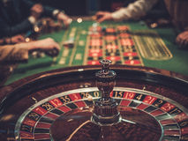 Uprawiać hazard stołowy w luksusowym kasynie fotografia royalty free