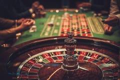 Uprawiać hazard stołowy w luksusowym kasynie obraz stock