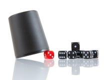 Uprawiać hazard tło z kostka do gry i kostka do gry filiżanką Fotografia Stock