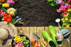 Uprawiać ogródek narzędzia i kwiaty na tarasie Zdjęcia Royalty Free