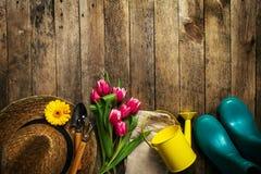 Uprawiać ogródek narzędzia, kwiaty, podlewanie puszkę, gumowych buty i słomę, h fotografia stock