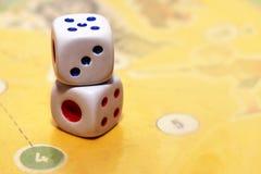 Uprawiać hazard dices odosobnionego na gra papierze Fotografia Royalty Free