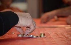 Uprawiać hazard na stole w domu fotografia royalty free