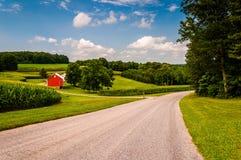 Uprawia ziemię wzdłuż wiejskiej drogi w Południowym Jork okręgu administracyjnym, PA Zdjęcia Stock