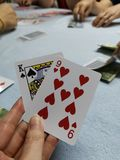 Uprawiający hazard, grzebak karty w rękach kobiety, uprawiający hazard, karciana gra, pieniądze zdjęcia royalty free