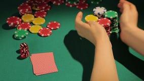 Uprawiający hazard nałogowa zakłada się układy scalonych ostrożnie, ryzykowny grzebaka dopasowanie, pasja dla gry zbiory