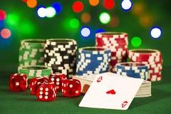 Uprawiający hazard pojęcie - karty z kościami i układami scalonymi na tle bokeh światła obraz royalty free
